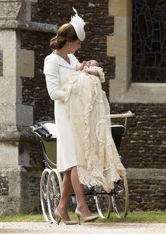 [FOTO] Gaun bersejarah ini bikin bayi Kate Middleton makin cantik | merdeka.com