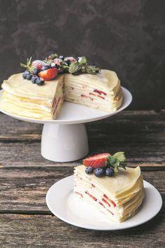 Laag op laag aarbeie en room maak die pannekoek-koek onweerstaanbaar!