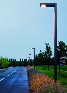 Farolas en senderos de hormigón Park Lighting, Modern Lighting, Outdoor Lighting, Lighting Design, Futuristic Architecture, Landscape Architecture, Landscape Design, Driveway Lighting, Exterior Lighting