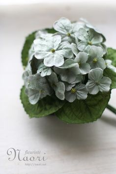 Clover クローバーのコサージュ Cloth Flowers, Fabric Flowers, Flower Corsage, Textiles, Corsages, Handmade Flowers, Diy Projects To Try, Flower Crafts, Hydrangea