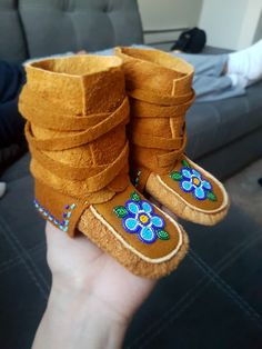 Beaded Shoes, Beaded Moccasins, Baby Moccasins, South American Art, American Indian Art, Beading Ideas, Beading Projects, Bead Jewellery, Beaded Jewelry