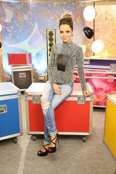 A cantora Sandy surpreendeu com seu novo Estilo no programa Super Star da Globo, onde ela participa como jurada. Sandy sempre foi conhecida por seu je...