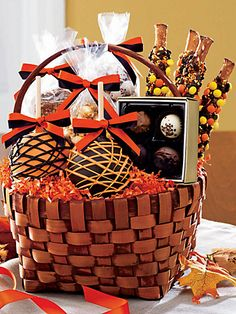 33 Halloween Gift Basket Ideas for Adults be Given to Your Loved Ones Fall Gift Baskets, Halloween Gift Baskets, Candy Gift Baskets, Holiday Baskets, Teacher Gift Baskets, Themed Gift Baskets, Halloween Snacks, Candy Gifts, Halloween Gifts