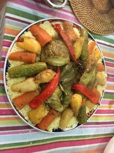 El cuscús (o couscous) es el plato estrella de la gastronomía marroquí. Su nombre procede del bereber y significa