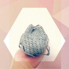 かぎ針編みで編む巾着の編み方をご紹介します。余り糸の活用にもぴったりの編み物小物、可愛くて実用性もバッチリですよ♡