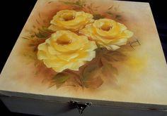 """Portajóias com doze divisórias, o detalhe interessante é que a tampa é uma tela, pintada com técnica """"óleo sobre tela"""".  Se desejar outra cor de rosas, entre em contato. Obrigada por visitar esta página. Shirley R$ 38,00"""