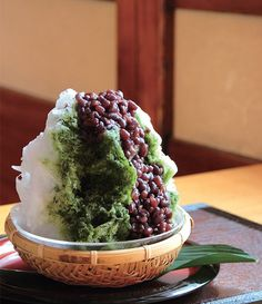 Japanese shaved ice with Matcha green tea syrup and Ogura (Azuki) sweet bean paste かき氷 Cold Desserts, Asian Desserts, Frozen Desserts, Matcha, Japanese Sweets, Japanese Food, Japanese Shaved Ice, Mets, The Best