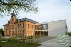 """Dresden vergibt den #Erlweinpreis 2016 für einen Schulbau, die 81. Grundschule """"Robert Weber"""" im südwestlichen Stadtteil Dölzschen. Das denkmalgeschützte Gebäude im Eigentum der sächsischen Landeshauptstadt wurde zwischen 2013 und 2015 umfassend saniert und erweitert mit einer Sporthalle. Wie die damit beauftragten Architekten – ARGE Rieger Architektur GbR und ASD Architektur und Ingenieurbüro, Dresden – die Bauaufgabe lösten, überzeugte die Jury unter Leitung der Stuttgarter Architektin…"""