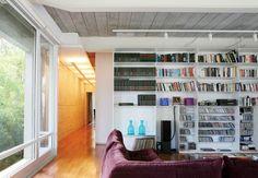 No piso superior desta casa, a sala de música e leitura tem estante de aço com pintura eletrostática desenhada pelo escritório Piratininga. No teto, as vigas de aço e as lajes pré-moldadas são aparentes
