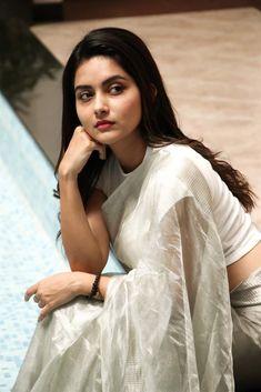 suhana khan Indian wife in saree Cute Beauty, Beauty Full Girl, Beauty Women, Women's Beauty, Beauty Girls, Bollywood Actress Hot Photos, Tamil Actress Photos, Beautiful Girl Indian, Most Beautiful Indian Actress