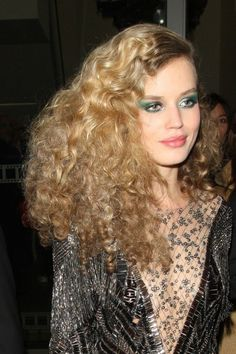 Georgia May Jagger works disco hair and bright green make-up at party with Rita Ora and Kate Moss - Neu Mode Frisuren Georgia May Jagger, Moda Disco, Disco 70s, 70s Disco Fashion, Party Hairstyles, Celebrity Hairstyles, Girl Hairstyles, 70s Disco Hairstyles, 1970 Hairstyles