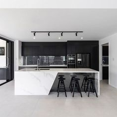 Black & white kitchen with marble countertops 👌 - Kitchen Luxury Kitchen Design, Kitchen Room Design, Home Decor Kitchen, Interior Design Living Room, Patio Kitchen, Coastal Interior, Interior Modern, Kitchen Layout, Kitchen Colors