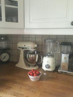 Jordgubbarna rensade! Country kitchen, Smeg, Kitchenaid