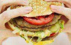 ¡Cómo comer un hamburger! Este vídeo te muestra la manera correcta para que no se te caiga todo lo que tiene adentro: http://www.sal.pr/?p=95248