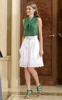 Queen Letizia of Spain: white skirt, green blouse & matching sandals Royal Fashion, Girl Fashion, Fashion Dresses, Womens Fashion, Stylish Outfits, Fall Outfits, Casual Day Dresses, Looks Street Style, Creation Couture
