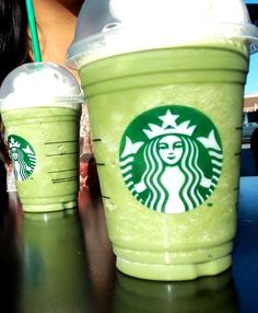 This Frappuccino is reminiscent of a mint milkshake! It's minty, fresh and tastes fantastic. The green tea counters the sweetness of the vanilla bean to create a perfect blend! Starbucks Vanilla Latte, Starbucks Star, Starbucks Hacks, Starbucks Secret Menu Drinks, How To Order Starbucks, Starbucks Recipes, Starbucks Coffee, Frappuccino Recipe, Frappe