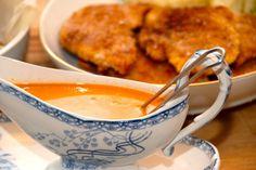 Paprika flødesauce er perfekt tilbehør til panerede schnitzler og koteletter. Sovsen laves af hønsefond, paprika og fløde, og smages til med lidt gastrik. Foto: Guffeliguf.dk.