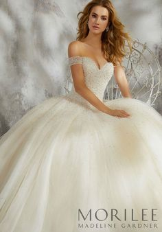 White wedding dress. Brides imagine having the most appropriate wedding, but for this they need the best wedding dress, with the bridesmaid's outfits complimenting the brides dress. Here are a variety of tips on wedding dresses.