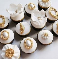 Stunning white and gold cup cakes Wedding Cupcakes Fondant, Eid Cupcakes, Fancy Cupcakes, Fondant Cupcake Toppers, Yummy Cupcakes, Birthday Cupcakes, Cupcake Cookies, Big Wedding Cakes, Wedding Cake Designs