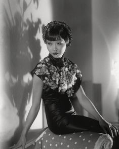 Studio photography by Paul Tanqueray - Anna May Wong the first Chinese-American Hollywood icon. Old Hollywood Glamour, Golden Age Of Hollywood, Vintage Glamour, Vintage Beauty, Classic Hollywood, Vintage Hollywood, Asian American Actresses, American Actors, Divas