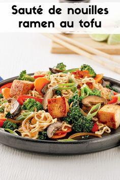 Offrez à vos papilles un petit voyage improvisé avec une recette végé: nouilles ramen, tofu, shiitakes et chou frisé vous font voyager en Asie grâce à ce sauté parfumé! Sauce Hoisin, Tofu, Gluten Free, Vegan, Chicken, Ramen Noodle Slaw, Asian Recipes, Suppers, Asia