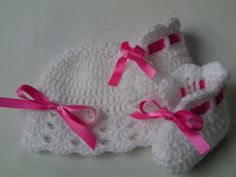 Crochet Baby Hat and Booties in white and hot pink colours for your little one ♡♡♡. Made with a Baby Care soft acrylic yarn, decorated with satin ribbon. Easy care, machine wash at 40ºC Made with love ♥♥♥  ★ Hat and booties sizes:  Hat 0 - 3 months, booties 3 5 (9cm) Hat 3 - 6 months, booties 4 (10cm) Hat 6 - 9 months, booties 4.5 (11cm) ★ PLEASE SELECT HAT AND BOOTIES SIZE ★  Can be made in other colours, please see the yarn and satin ribbon pictures, select a colours and add a note for the…