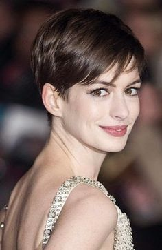 La pixie cut (Anne Hathaway) coupe cheveux courts en