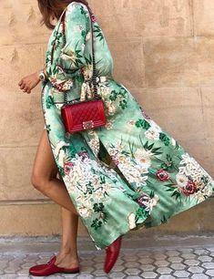 Enjoy every day luxury in printed Green Floral Kimono. French seam finish and stylish flare sleeve detail. An idea Kimono Floral, Kimono Blouse, Gucci Kimono, Kimono Jacket, Vest Jacket, Street Looks, Street Style, Look Fashion, Spring Fashion