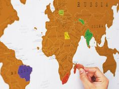 Una nuova idea regalo originale all'insegna dell'orientamento…geografico! Si chiama Scratch Map ed è una carta geografica che si svela lentamente, al ritmo dei vostri viaggi. Ricoperto da una speciale patina dorata, infatti, questo planisfero interattivo funziona come un gratta e vinci: per ogni biglietto (di viaggio!) acquistato la possibilità di identificare sulla mappa, sfregando leggermente, la meta da raggiungere oppure quella appena visitata.