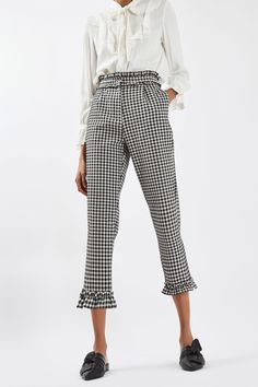 These high waisted mensy fit trousers are given a girly twist with a feminine frill hem and waist detailing. In all over gingham print, they can be styled for the workday or the weekend. Workwear Fashion, Fashion Outfits, Womens Fashion, Trousers Fashion, 60s Fashion Trends, Looks Style, My Style, Quoi Porter, Trousers Women
