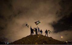 Un grupo de palestinos esperando la excarcelación.- ABIR SULTAN (EFE)