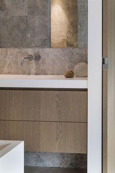 Lichte moderne badkamer, licht eiken en marmer.