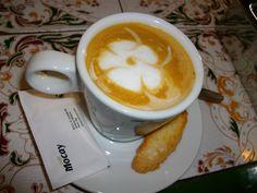Flores en tu café, alegría por la mañana!
