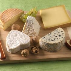 How to Build a Perfect French Cheese Plate Wine Recipes, Gourmet Recipes, Snack Recipes, Snacks, French Themed Parties, French Cheese, Cheese Dessert, Cheese Appetizers, Cheese Platters