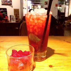 Comparte tus momentos #ruzafagente con nosotros. 🔝📷@cafeberlinvalencia  Caipiroska de fresa 🍓🍓🍸#cafeberlinvalencia #berlinvlc #cafeberlin #valencia #ruzafa #ruzafamola #ruzafagente #russafa #ruzafavalencia #coctel #cocteles #cocteleria #coktailtime #coktails #coktailbar #bartenders #copas #viernes #viernesnoche #friday #fridaynight #fruit #findesemana #weekend