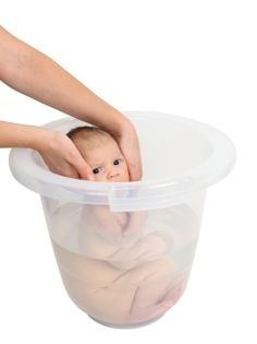 HIGIENE E CUIDADOS Apesar de alguns pais acharem estranho e ficarem receosos o banho de ofurô ou de balde no bebê reproduz do lado de fora da barriga da mamãe as mesmas condições que tinha quando ainda estava no útero materno. Vem saber mais sobre este banho relaxante, Confira no site http://www.bebe123.com.br/higiene/banho-de-balde-ou-ofuro.html
