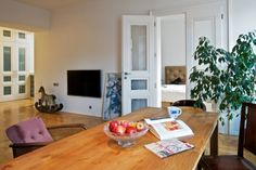 Záměrem designéra a majitele bylo přiblížit dispozici bytu původnímu stavu. Dveře navrhl opět Tomáš Legner a jsou kopií původních dveří. Dřevěný houpací koník není jen originální dekorací, ale zároveň nostalgickou vzpomínkou na dětství několika generací rodiny majitele bytu