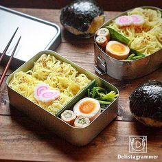 ouchigohan.jp 2017/07/22 23:35:50 delicious photo by @merimerimeg . 夏のお弁当といえばやっぱりこれっしょ☝️😋 . こちらは @merimerimeg さんの旦那さんと息子さんに作った麺弁当とでっかいおむすび。夏バテになりそうな暑い日には、麺弁当は嬉しいですよね。さらには桜エビ、しそ、たくあんの具だくさんのおにぎりもついたならば、パワーがみなぎっちゃうかも😆🤙🎶 . これからのあつーい季節には、 @merimerimeg さんのような食欲を掻き立ててスタミナがつくようなお弁当を作りたいですよね😎🏝 -------------------------- ◆インスタグラムの食トレンドを発信する、食卓アレンジメディア「おうちごは ん」も更新中✨ プロフィール欄のリンクから見れますよ https://ouchi-gohan.jp/ -------------------------- ◆このアカウントではインスタグラマーさんの素敵なPicをご紹介しています。…