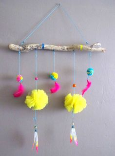 Pompoms and feathers mobile von Neonshop auf Etsy, New Year's Crafts, Diy Home Crafts, Arts And Crafts, Paper Pom Poms, Pom Pom Garland, Magic Decorations, Diy Wedding Decorations, Pom Pom Crafts, Yarn Crafts