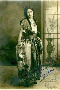 Beautiful Mexican girl, 1931 - 9GAG Mexican Pictures, Chicano Love, Mexican Artwork, Vintage Photos Women, Hispanic Women, Mexican Heritage, Calendar Girls, Aztec Calendar, Mexico Culture