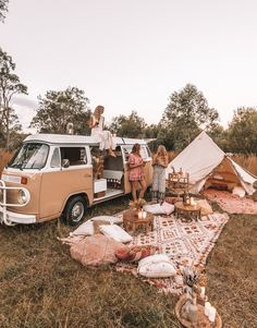 camping aesthetic 🍒❤️P I N T E R E S T : 𝙻𝙰𝚈𝙻𝙰 𝙵𝙻𝙾𝚁𝙰♥︎♥︎❤️🍒 // Dream camp set up, Picnic goals. Zelt Camping, Vw Camping, Camping Set Up, Camping Hacks, Camping Storage, Beach Camping, Camping Date, Camping Friends, Backpack Camping