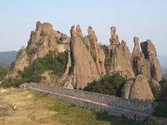Hosszú kihagyás után folytatódik a Hetedhéthatár útleírás sorozata: ezúttal Bulgáriába fogunk ellátogatni. Elsőként, mintegy ráhangolódásként, áttekintjük az ország természeti, történelmi, kulturális jellemzőit, majd az elkövetkező hetek folyamán útnak indulunk, hogy bebarangoljuk Bulgária tájait. Felkeressük Belogradcsik várát és különleges sziklaképződményeit, ellátogatunk kolostorokba, rózsaolaj-lepárlóba. Megtekinthetjük Kossuth Lajos házát Sumenben, fürdünk a Fekete-tengerben, sétálunk…