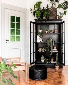 3 ting, du kan bruge dit vitrineskab til Fall Table, Love Home, Studios, Interior Decorating, Shelves, Table Decorations, Inspiration, Furniture, Nye