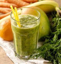Batido de naranja y hojas verdes de zanahoria