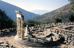 greece_delphi_apollo_temple_tholos.jpg (580×380)