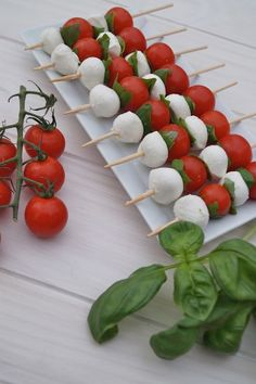 Small caprese kebabs for aperitif or takeaway picnic at . - Small caprese kebabs for aperitif or takeaway picnic at … - Tomato Mozzarella Skewers, Caprese Skewers, Kebabs, Holiday Appetizers, Appetizer Recipes, Cold Party Appetizers, Party Food Platters, Brunch Buffet, Snacks Für Party