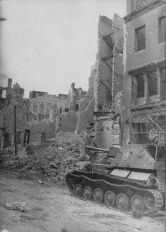 Советская САУ СУ-76М на одной из разрушенных улиц Берлина