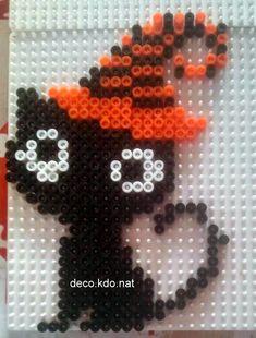 un petit chat noir au chapeau orange et noir  pour ce modèle: 346 perles   prix de vente terminé: 2.20€