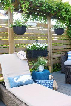 Lots of beautiful outdoor patio design ideas. I love this simple privacy screen design! / #patio #summerpatio #backyardpatio #patiofurniture #patiodecor #patiodesign Outdoor Patio Designs, Diy Patio, Backyard Patio, Outdoor Decor, Patio Ideas, Outdoor Ideas, Porch Decorating, Decorating Your Home, Patio Makeover