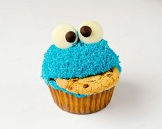 Cookie monster cupcakes with chocolate chip cookies and frosting. Cute dessert for kids' birthday parties! Festa Cookie Monster, Cupcakes Cool, Funny Cupcakes, Making Cupcakes, Cupcakes Bonitos, Cookie Monster Cupcakes, Elmo Cupcakes, Monster Cakes, Princess Cupcakes